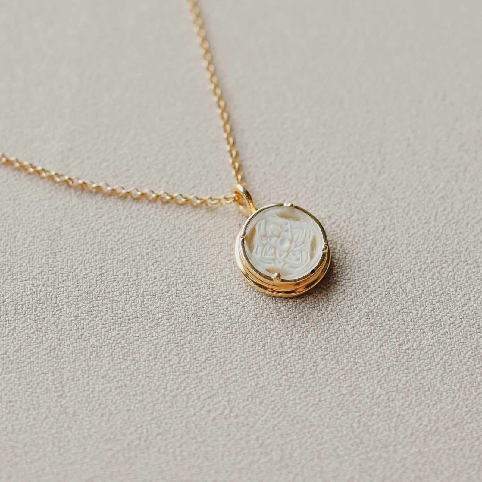 Patra Pendant Round with Mother of Pearl